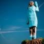 Вандалы подожгли деревянную статую Меланьи Трамп
