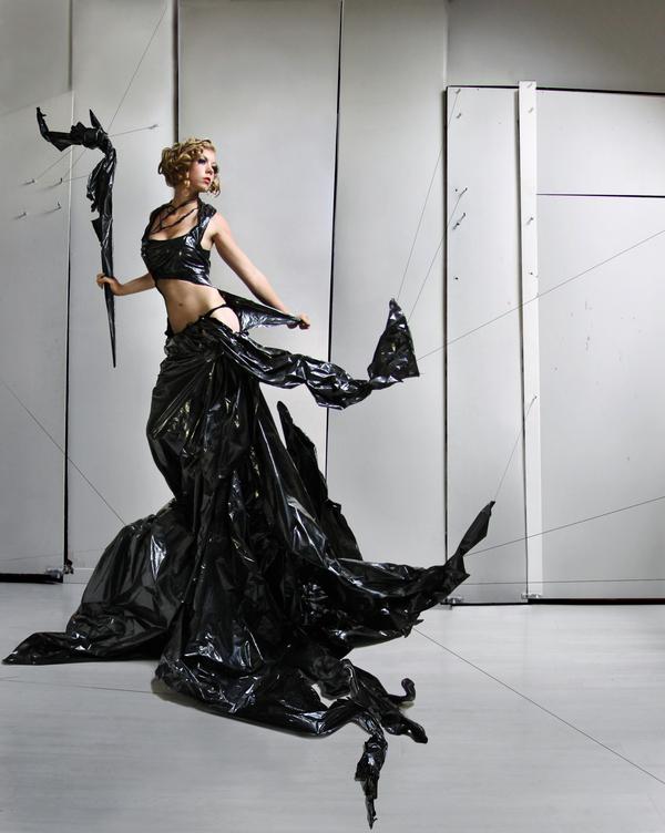 Платье из мусорных пакетов.