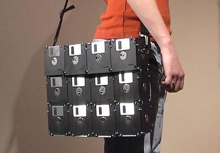 сделанная из 42 дискет.  Креативная сумка для. ноутбука.