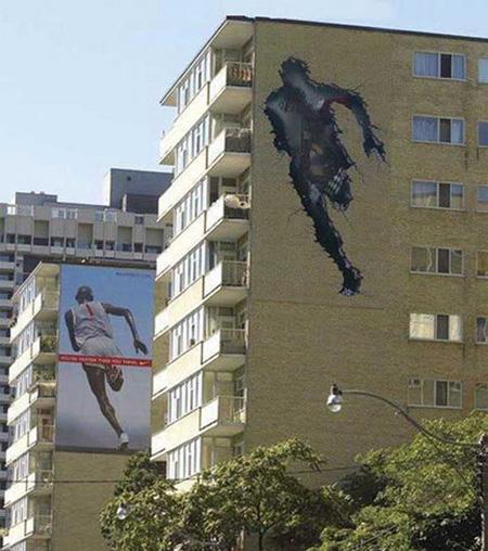 ...тогда как на втором здании помещалась основная реклама обуви Nike.