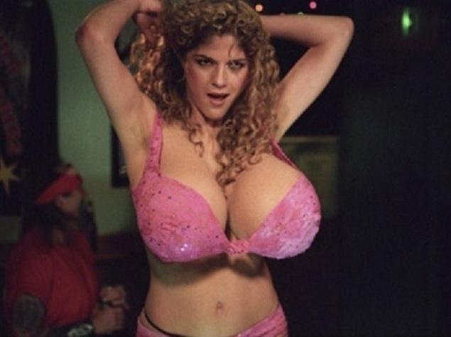 Сельма Блэр (Selma Blair) примерила на себя грудь огромного размера в фильм
